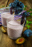Smoothies de pruneau de prune, yaourt images libres de droits