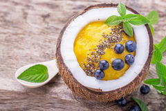 Smoothies del mango para el desayuno con un adorno de Fotos de archivo