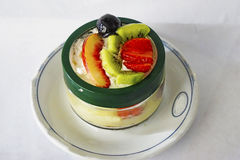Smoothies del postre con las frutas en una placa blanca Fotografía de archivo