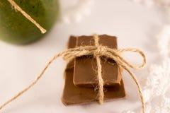 Smoothies, dentelle et chocolat sur un backgraund blanc Photo libre de droits