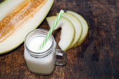 Smoothies der Melone, Scheiben der Melone auf dem Tisch, Jogurt Das Konzept des gesunden Essens Veganism, Vegetarismus Lizenzfreies Stockbild