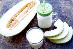 Smoothies der Melone, Scheiben der Melone auf dem Tisch, Jogurt Das Konzept des gesunden Essens Veganism, Vegetarismus Stockbilder