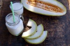 Smoothies der Melone, Scheiben der Melone auf dem Tisch, Jogurt Das Konzept des gesunden Essens Veganism, Vegetarismus Lizenzfreies Stockfoto