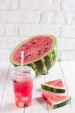 Smoothies der Wassermelone Juice In ein Plastikschale mit einem Stroh Fre Stockbilder