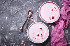Smoothies doux de baie dans des cuvettes Dessert sain Photographie stock