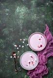 Smoothies doux de baie dans des cuvettes Dessert sain Images stock