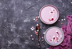 Smoothies doux de baie dans des cuvettes Dessert sain Photo stock