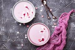 Smoothies doux de baie dans des cuvettes Dessert sain Image libre de droits