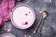 Smoothies doux de baie dans des cuvettes Dessert sain Photos stock