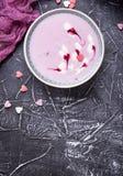 Smoothies doux de baie dans des cuvettes Dessert sain Image stock