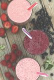Smoothies et boissons appétissants de detox des baies mûres Framboises, fraises, myrtilles Consommation saine photo libre de droits