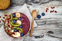 Smoothies för Acai frukostsuperfoods bowlar med chiafrö, bipollen, gojibärtoppningar och frukter overhead Bästa sikt, lekmanna- l arkivbilder