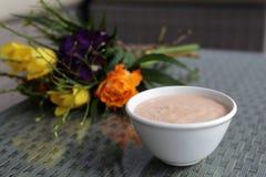 Smoothies faits maison avec les fleurs colorées lumineuses sur le fond photo stock