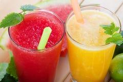 Smoothies från apelsinen och tangerin och smoothie från vattenmelon Royaltyfri Fotografi