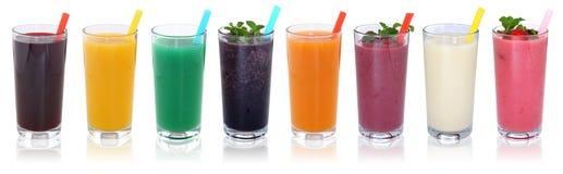 Smoothies för Smoothiefruktfruktsaft dricker med isola för frukter i rad Royaltyfri Bild