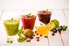 Smoothies frais de baie et de fruit Photo stock