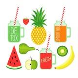 Smoothies frais de detox avec la fraise, la banane, l'ananas, la pomme, la poire, la pastèque et le kiwi Photographie stock libre de droits