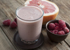 Smoothies with frozen raspberries and grapefruit Royalty Free Stock Photos