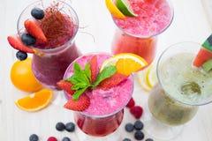 Smoothies fruités d'été frais Photo stock