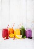 Smoothies, fruktsafter, drycker, drinkvariation med nya frukter och bär Fotografering för Bildbyråer