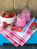 Smoothies med yoghurt och jordgubbar Frukt cocktail Royaltyfri Foto