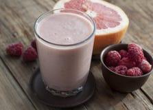 Smoothies met bevroren frambozen en grapefruit Royalty-vrije Stock Foto's