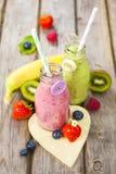 Smoothies mezclados frescos de la fruta en botellas de leche del vintage imagen de archivo libre de regalías