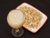 Smoothies mit Milch-, Bananen- und Haferflocken Stockbild