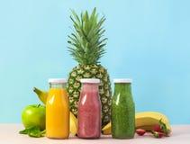 Smoothies organiques colorés dans des bouteilles Aliment biologique naturel Styl photo stock