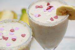 Smoothies ou cocкtail faits maison de banane sur la table en bois image libre de droits