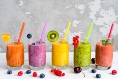 Smoothies sains avec les fruits tropicaux, l'espace de copie images stock
