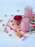 Smoothies sains des baies, de la farine d'avoine, des écrous et du sucre roux Photographie stock