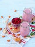 Smoothies sains des baies, de la farine d'avoine, des écrous et du sucre roux Photo stock