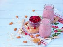 Smoothies sains des baies, de la farine d'avoine, des écrous et du sucre roux Images stock
