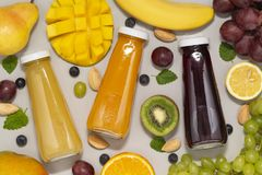 Smoothies sanos con los ingredientes orgánicos frescos Comidas estupendas y salud o concepto de la comida de la dieta del detox imagen de archivo libre de regalías