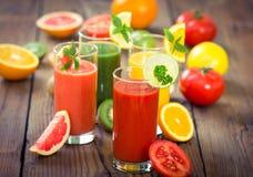 Smoothies sanos de las frutas y verduras Fotografía de archivo libre de regalías