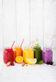 Smoothies, sappen, dranken, drankenverscheidenheid met verse vruchten en bessen Stock Afbeelding