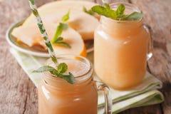 Smoothies savoureux de melon avec le macro en bon état dans un pot en verre horizon image stock