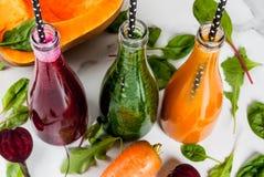 Smoothies végétaux colorés Images stock