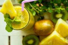 Smoothies van kiwi en ananas op de lijst Hoogste mening Royalty-vrije Stock Fotografie