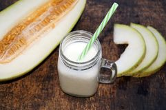 Smoothies van meloen, plakken van meloen op de lijst, yoghurt Het concept het gezonde eten Veganism, vegetarisme Stock Foto's