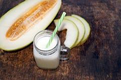 Smoothies van meloen, plakken van meloen op de lijst, yoghurt Het concept het gezonde eten Veganism, vegetarisme Stock Foto