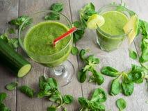 Smoothies verdes frescos sanos Imagenes de archivo