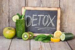 Smoothies verts avec des légumes et des fruits Jour de Detox Régime et excrétion des scories Consommation saine image stock