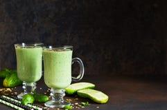 Smoothies verts avec l'avocat, le concombre, le basilic et la granola Image libre de droits