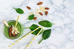 Smoothies verts d'épinards dans le pot avec des graines de chia photo stock