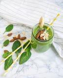 Smoothies verts d'épinards dans le pot avec des graines de chia photos stock