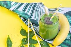 Smoothies verts d'épinards dans le pot avec des graines de chia, concept sain de nourriture image libre de droits