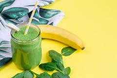 Smoothies verts d'épinards dans le pot avec des graines de chia, concept sain de nourriture photographie stock libre de droits