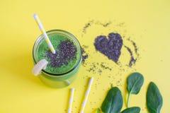 Smoothies verts d'épinards dans le pot avec des graines de chia, concept sain de nourriture images libres de droits